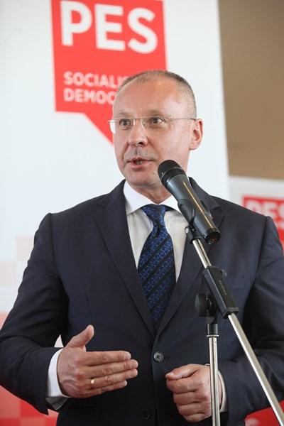 Сергей Станишев говори преди координационната среща на премиерите от ПЕС. Снимки: Румяна Тонева