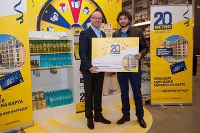 Атила Йенисен – главен изпълнителен директор на МЕТРО България връчва ваучера за наградата – апартамент в Слънчев бряг на победителят в голямата игра на МЕТРО – Драгни Драгнев.