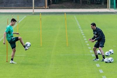 """Помощник-треньорът във """"Вердер"""" Илия Груев провежда упражнение за отиграване на топката със сина си и негов съименник на лагера в Австрия."""