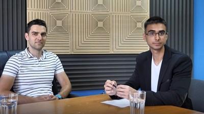 """Създателят на онлайн платформата""""Уча.се"""" Дарин Маджаров разговаря с репортера на """"24 часа"""" Митьо Маринов. СНИМКА: Йордан Симeонов"""
