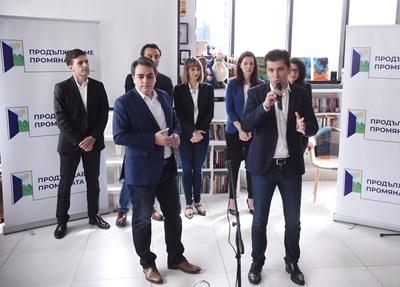 """Кирил Петков и Асен Василев представиха """"Продължаваме промяната"""" в неделя заедно с първите петима членове."""