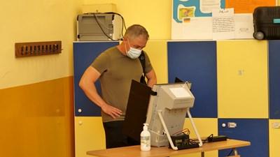 Избирател гласува с машина на последните парламентарни избори на 11 юли.