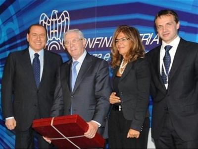 Министър-председателят на Италия Силвио Берлускони (вляво) връчва награда на Еудженио Канали (бащата на Паоло Канали) за 75-годишнината на марката. Церемонията се състоя в Милано на 12 октомври, малко преди посещението на Берлускони в България.
