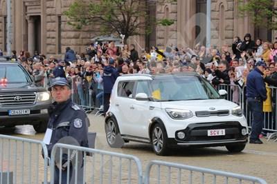 Папа Франциск дойде на жълтите павета в центъра на София с Kia Soul на 3-4 години.  СНИМКА: РУМЯНА ТОНЕВА СНИМКА: 24 часа