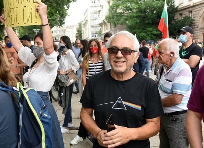 Сценаристът и водещ на предаване по 7/8 тв Иван Кулеков подкрепи протеста в 21-ия пореден ден. СНИМКА: ВЕЛИСЛАВ НИКОЛОВ