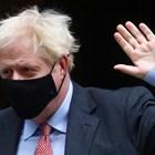 Премиерът Борис Джонсън се движи с маска.