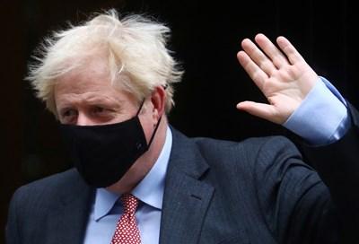 Премиерът Борис Джонсън се движи с маска. СНИМКА: РОЙТЕРС