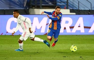 """Халфът на """"Реал"""" Каземиро не може да разбере къде се намира след финт на Лионел Меси в Мадрид, където """"Барса"""" загуби с 2:1. СНИМКА: РОЙТЕРС"""