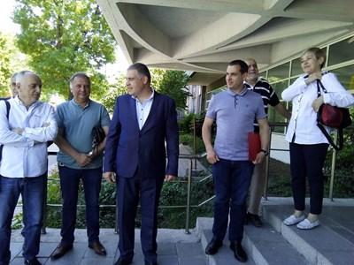 Илия Гатев (в средата), обкръжен от доц. Георги Йорданов, арх. Румен Григоров, Иван Петков-Бебето и художничката Вихра Григорова регистрираха червената листа в 16 РИК.