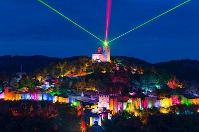 """Уикенд прожекциите на аудио-визуалния спектакъл """"Царевград Търнов – звук и светлина"""" на Царевец продължават през август и септември."""