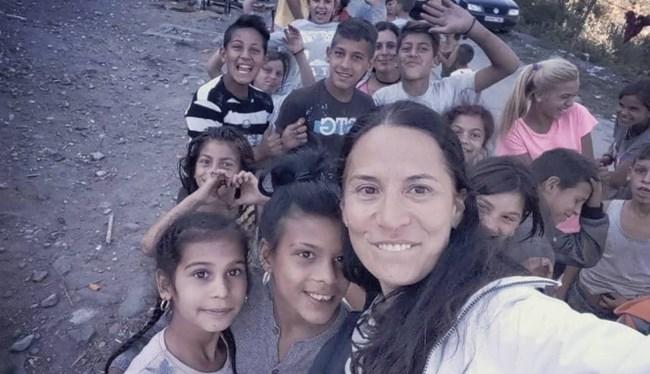 Зорница София и екипът носят дрехи, играчки и храна на бедните деца