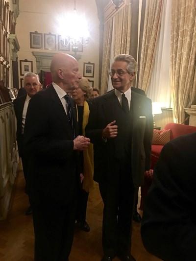 Много аристократи бяха сред гостите на събитието. Зад Сакскобургготски е посланик Марин Райков. СНИМКИ: АВТОРЪТ