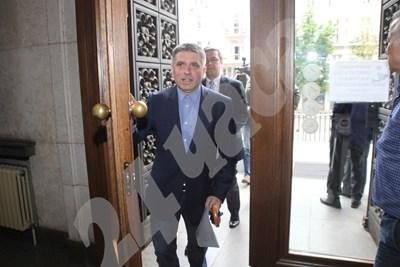 Данаил Кирилов и Тома Биков влизат в Съдебната палата СНИМКИ: Руми Тонева