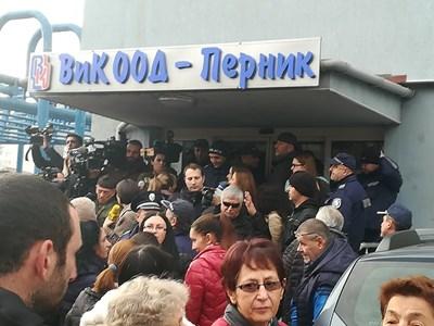 """Жители на Перник щурмуваха местната ВиК. СНИМКА: Светлана Стоименова,агенция """"Мироглед"""""""