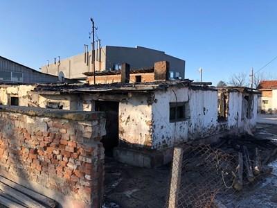 Мръсни вещи и кашони са струпани в циганския катун на метри от сладкарския завод в Кадиево.