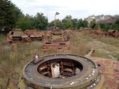 Десетки потънали в ръжда останки от войната пълнят двора на Пионерските казарми на Ямбол. СНИМКИ: ПИЕР ПЕТРОВ
