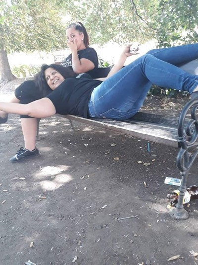 Исения Асенова е легнала на пейка в скута на приятелка.