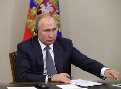 Владимир Путин наблюдава пускането на газопровода в Сочи.