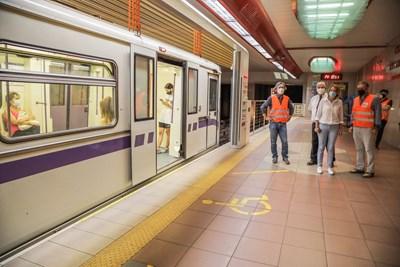 Столичният кмет Йорданка Фандъкова и шефът на метрото проф. Стоян Братоев провериха поставянето на преградни врати на станцията при националния стадион.  СНИМКА: СТОЛИЧНА ОБЩИНА