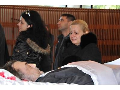 Певицата Тони Димитрова се прощава с колегата си Пламен Ставрев.Стотици бургазлии се стекоха, за да отдадат последна почит към големия бургаски певец.  СНИМКА: ЛИНА ГЛАВИНОВА