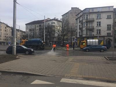 Служители на почистващите фирми миха вчера булеварди и улици в София. СНИМКА: Столична Община