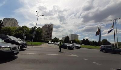Пътни полицаи регулират трафика на кръговото кръстовище преди изхода на Бургас за София. Снимки:Авторът