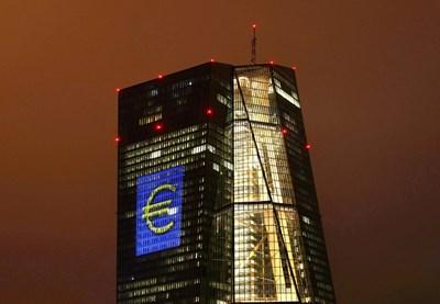 Ако ЕЦБ продължи с политиката на отрицателни лихви, това неминуемо ще се пренесе и върху лихвите по депозитите - първо големите, а сред това и всички.
