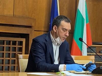Кметът Димитър Николов по време на заседанието на кризисния щаб.