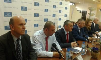 """Изпълнителният директор на """"Идеал Стандарт - Видима"""" Ярослав Дончев (третият от ляво на дясно) обявява продажбите на компаният СНИМКА: Снимка: Авторът"""