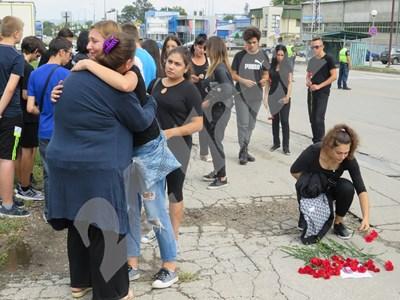 Съученици на убитата на зебра Ана-Мария, поднасят съболезнования на майка й Ивелина Иванова. СНИМКИ: Авторката СНИМКА: 24 часа