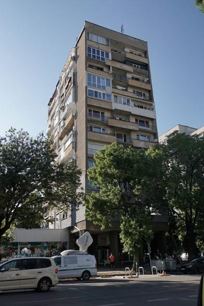 """Блокът на бул. """"Витоша"""" 182, в който са живяли Йордан Атанасов и приятелката му. СНИМКИ: Десислава Кулелиева СНИМКА: 24 часа"""