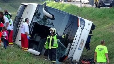 Катастрофиралият автобус с туристи на магистрала в Унгария. Снимка: blikk.hu