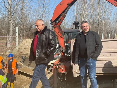Премиерът Бойко Борисов и зам.-строителният министър Николай Нанков в Брестовица.