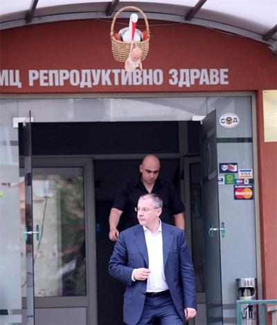 Сергей Станишев излиза от болницата, след като видя сина си за първи път. СНИМКА: Йордан Симeонов