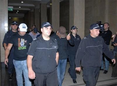 """Полицаи конвоират задържани при операция """"Палките 2"""" в Съдебната палата през 2011 г."""