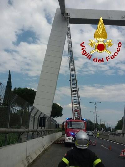 Италиански пожарникари затвориха преди време римския мост заради отчупили се парчета цимент