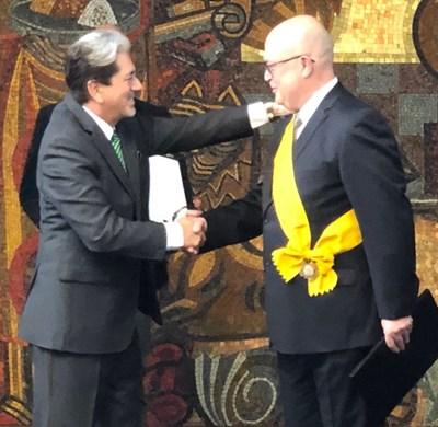 Посланик Христо Гуджев (вдясно) с мексиканския посланик в Будапеща Давид Нахера Ривас