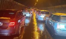 """Стотици в капан в тунелите на """"Хемус"""". Част от хората слизат от колите си и играят хоро"""
