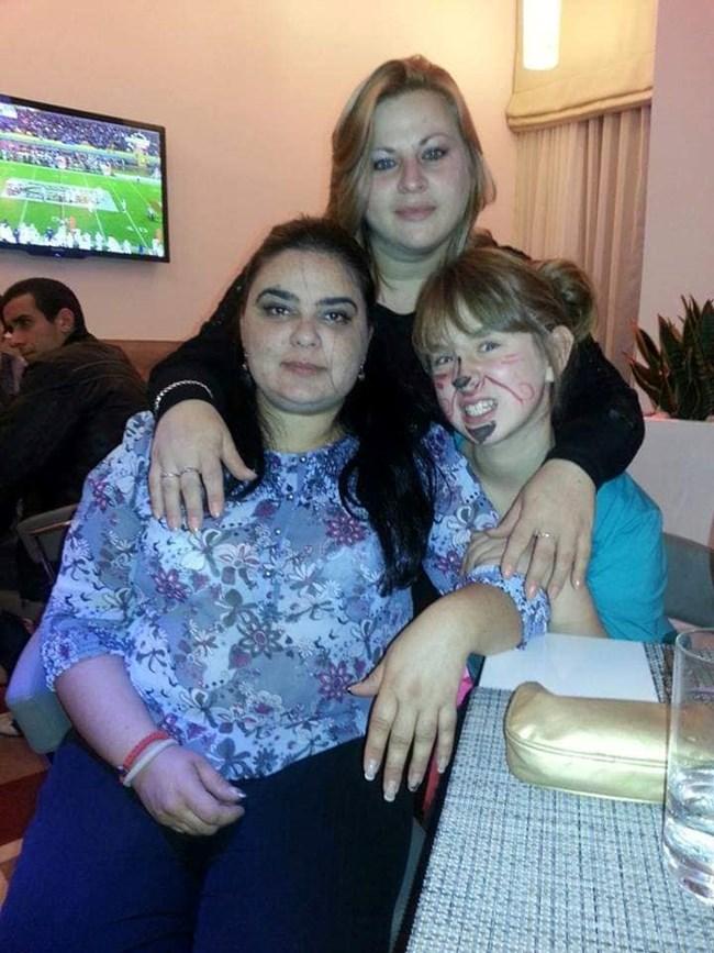 Йоана с майка си Албена и кръвната си близначка Биляна Стършелова (вляво)