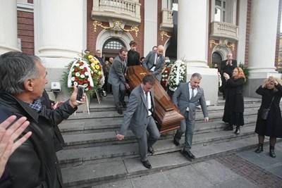 Присъстващите изпратиха ковчега на Стефан Данаилов с аплодисменти СНИМКИ: Владимир Стоянов