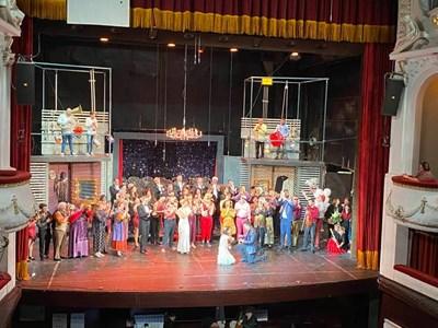 Предложението за брак стана на сцената по време на премиерата.