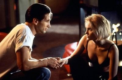 """Уилям Болдуин и Шарън Стоун в кадър от филма """"Сливър"""""""
