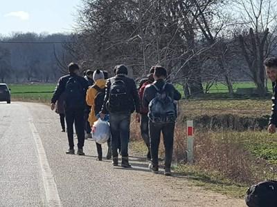 И денем, и нощем мигранти вървят на групи по гръцките пътища. Снимка: Ненко Станев