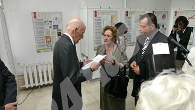 От своя страна Негово величество цар Симеон Сакскобургготски благодари на Държавната агенция за изложбата. СНИМКИ: Пиер Петров СНИМКА: 24 часа