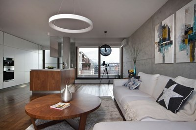 Януари - Ирена Петрова Апартаментът с обща площ от 115 квадратни метра изкушава с изумителната си гледка и към Витоша, и към София. В същото време интериорът предлага топлина и уют, създадени от комбинацията на бетон и дърво