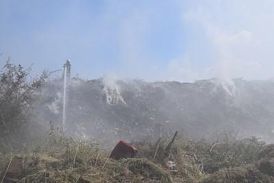Пожарникари обливат с вода огнищата