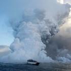 Туристическа лодка обикаля около вулкана Килауеа.