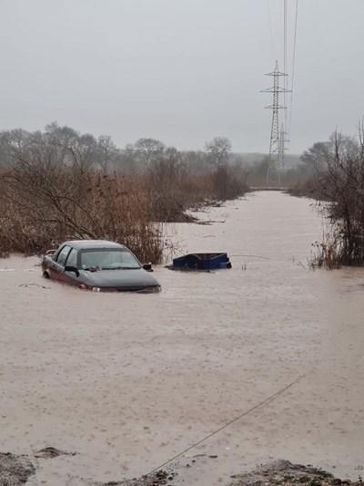 Три реки преливат край Бургас, пътят за Созопол остава затворен.