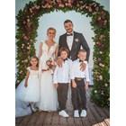 Ивайло и Станислава с децата си на сватбата - дъщеричката на булката е досущ като майка си, а синовете на актьора са с папийонки като него.  СНИМКИ: БОНИ БОНЕВ