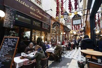 Френските заведения са пълни по обяд не само с туристи, но и с французи, излезли в почивка да похапнат. СНИМКА: РОЙТЕРС